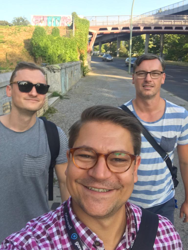 Foto von den drei lachenden Gründern von BOO-CHA Kombucha in Berlin